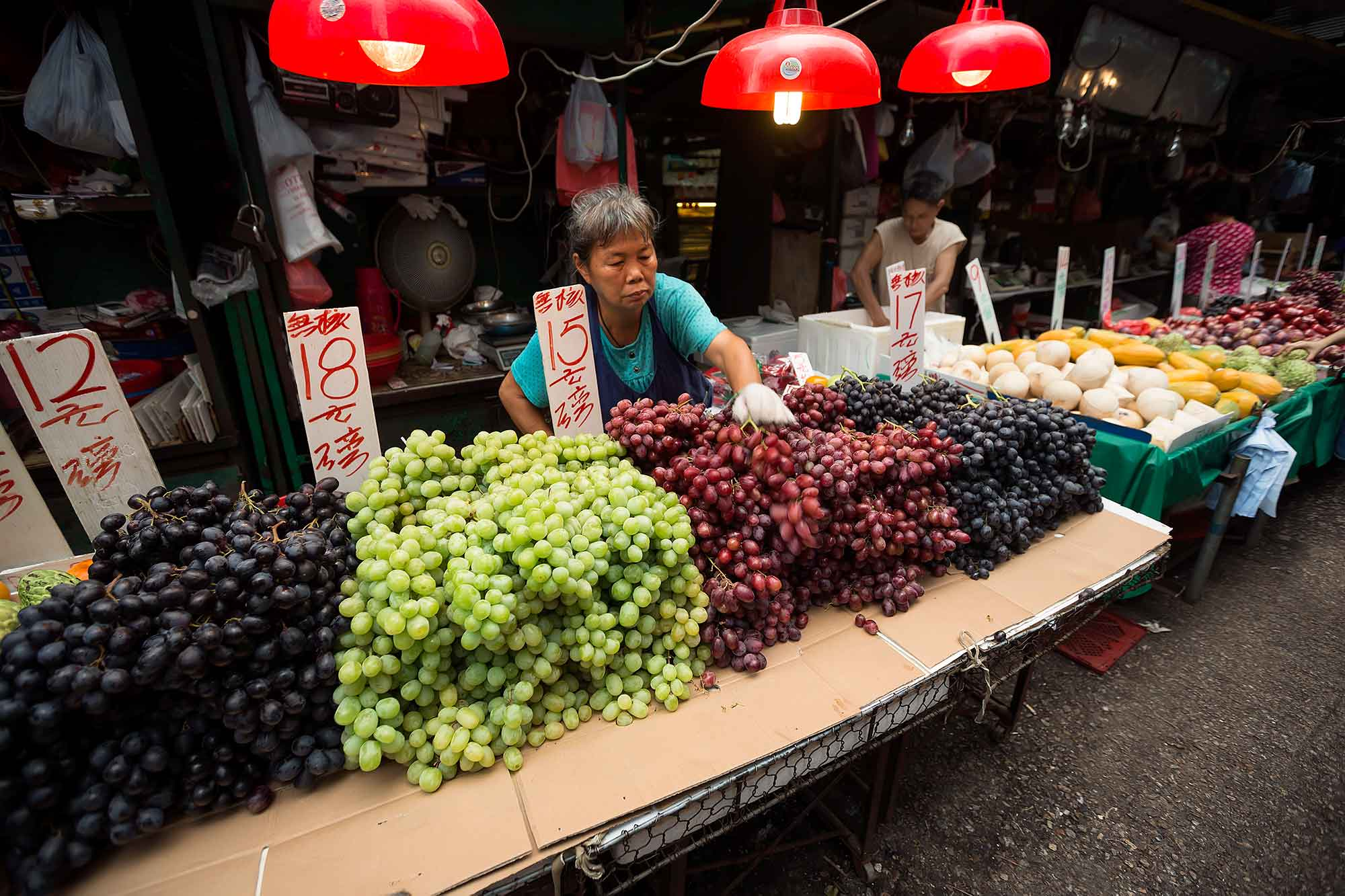 Market life at Yoa Matei fresh market in Mong Kok, Hong Kong. © Ulli Maier & Nisa Maier