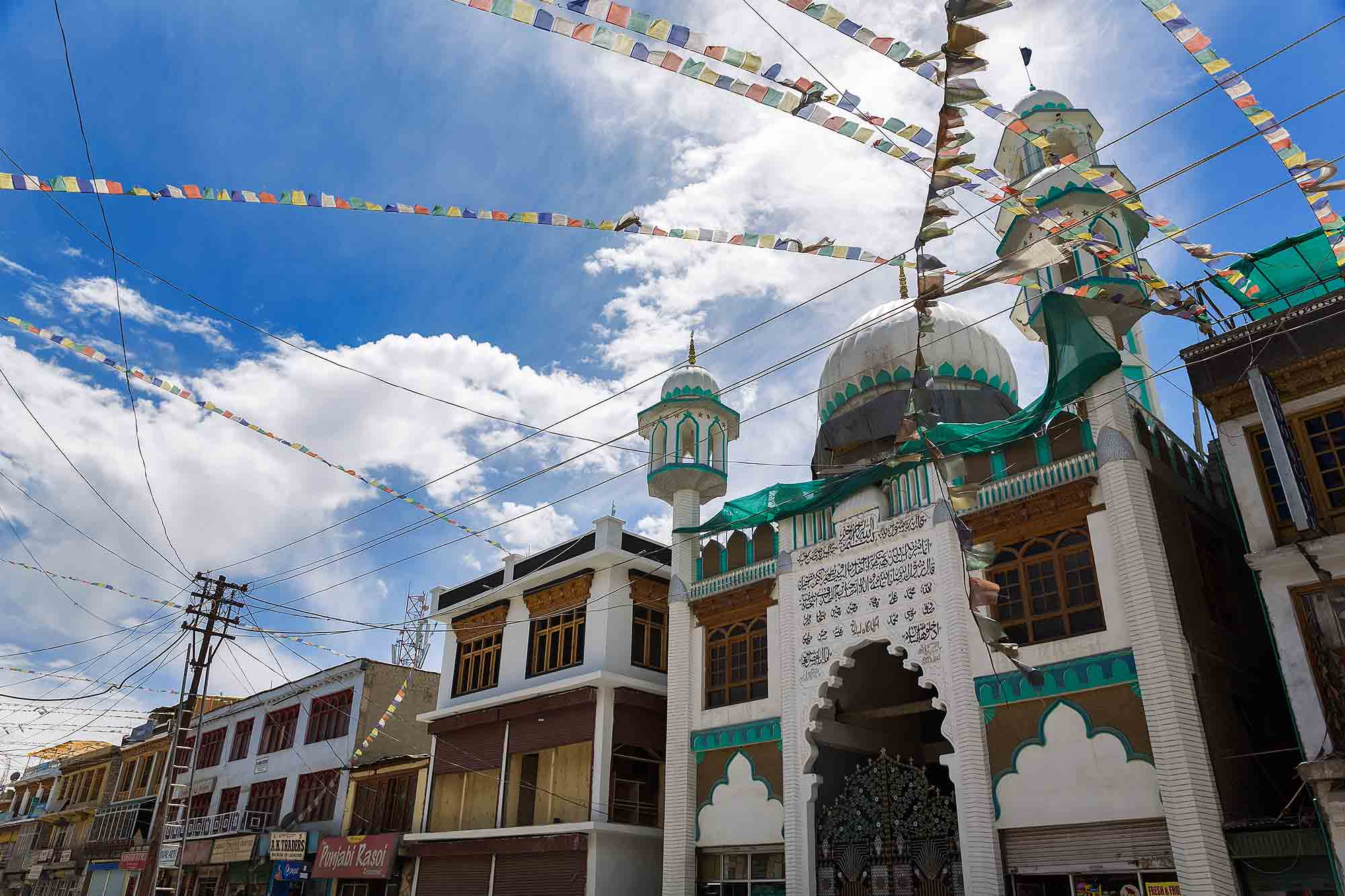 downtown-leh-ladhak-mosque-tibetian-prayer-flags-india