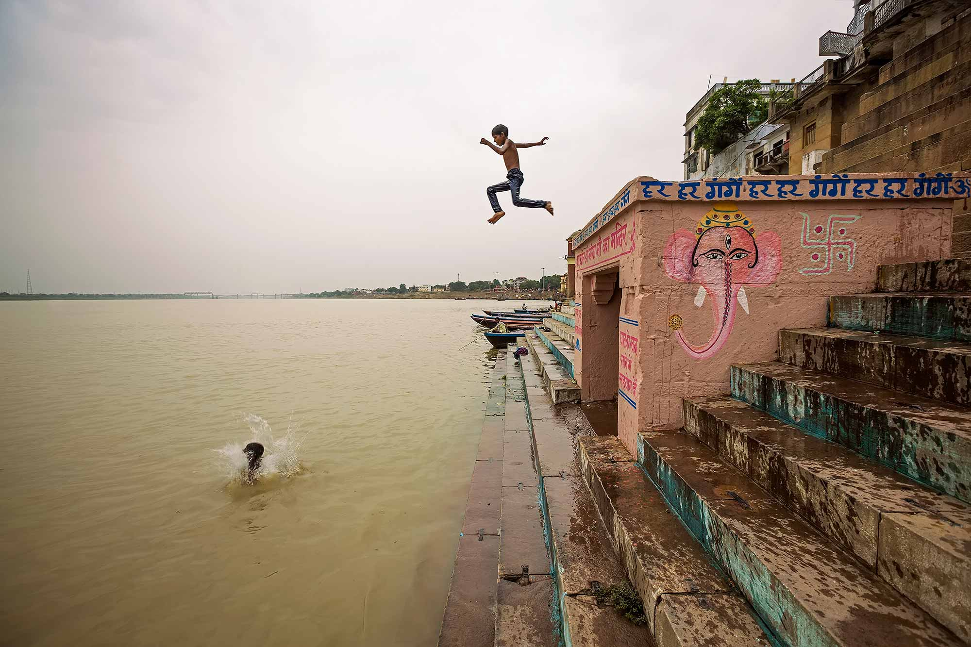 kids-jumping-into-ganges-ghats-varanasi-india