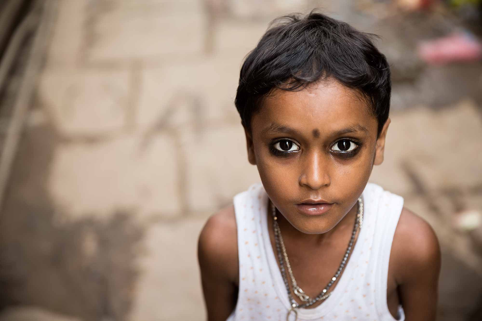 portrait-girl-varanasi-streets-india
