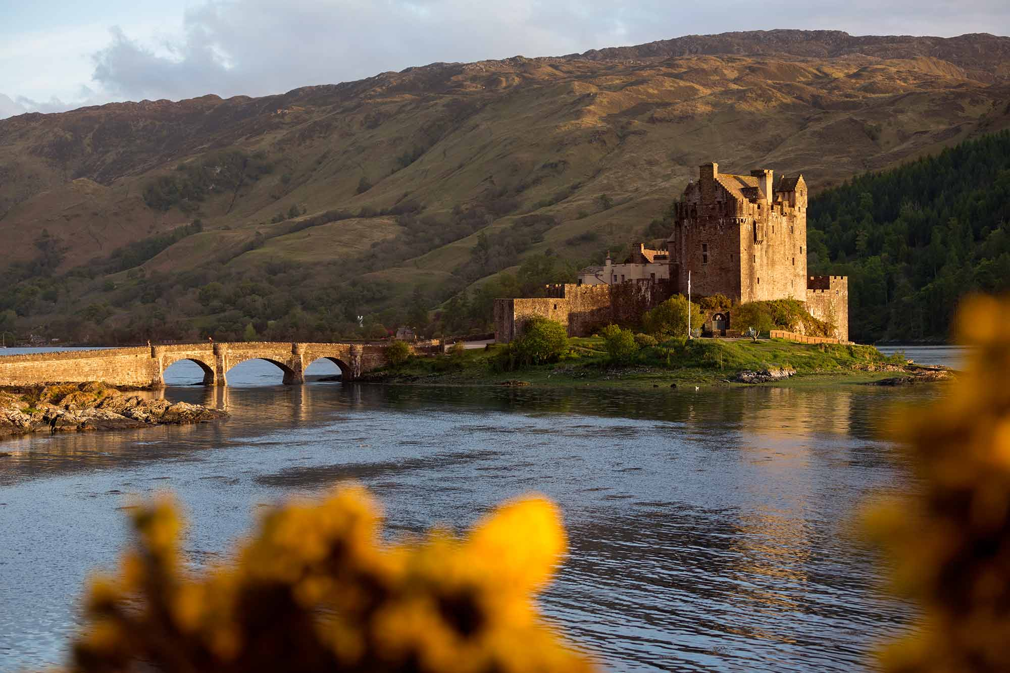 Eilean Donan Castle is the most famous of all castles in Scotland. © ULLI MAIER & NISA MAIER
