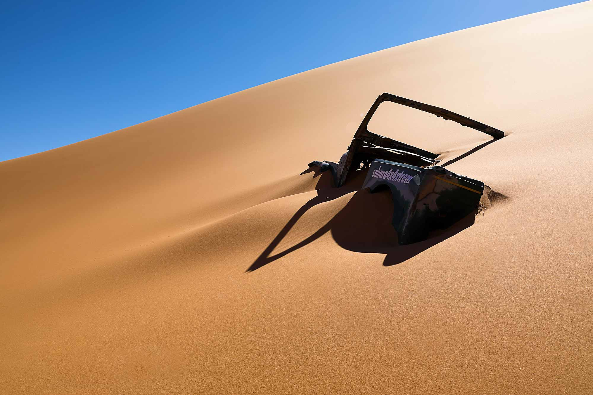 When trying your luck with the Erg Chebbi sand dunes, be sure to know what you're doing, or you'll end up digging. © ULLI MAIER & NISA MAIER