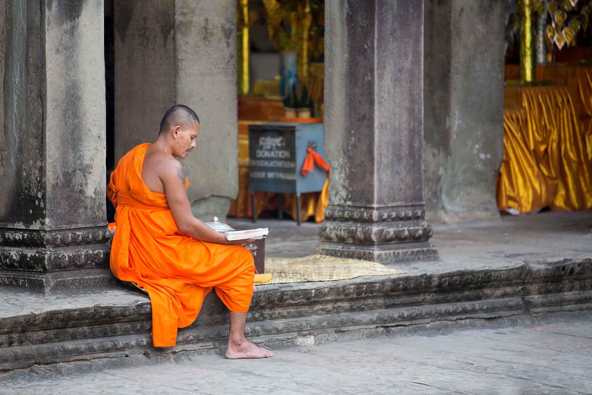 monk-praying-angkor-wat-cambodia