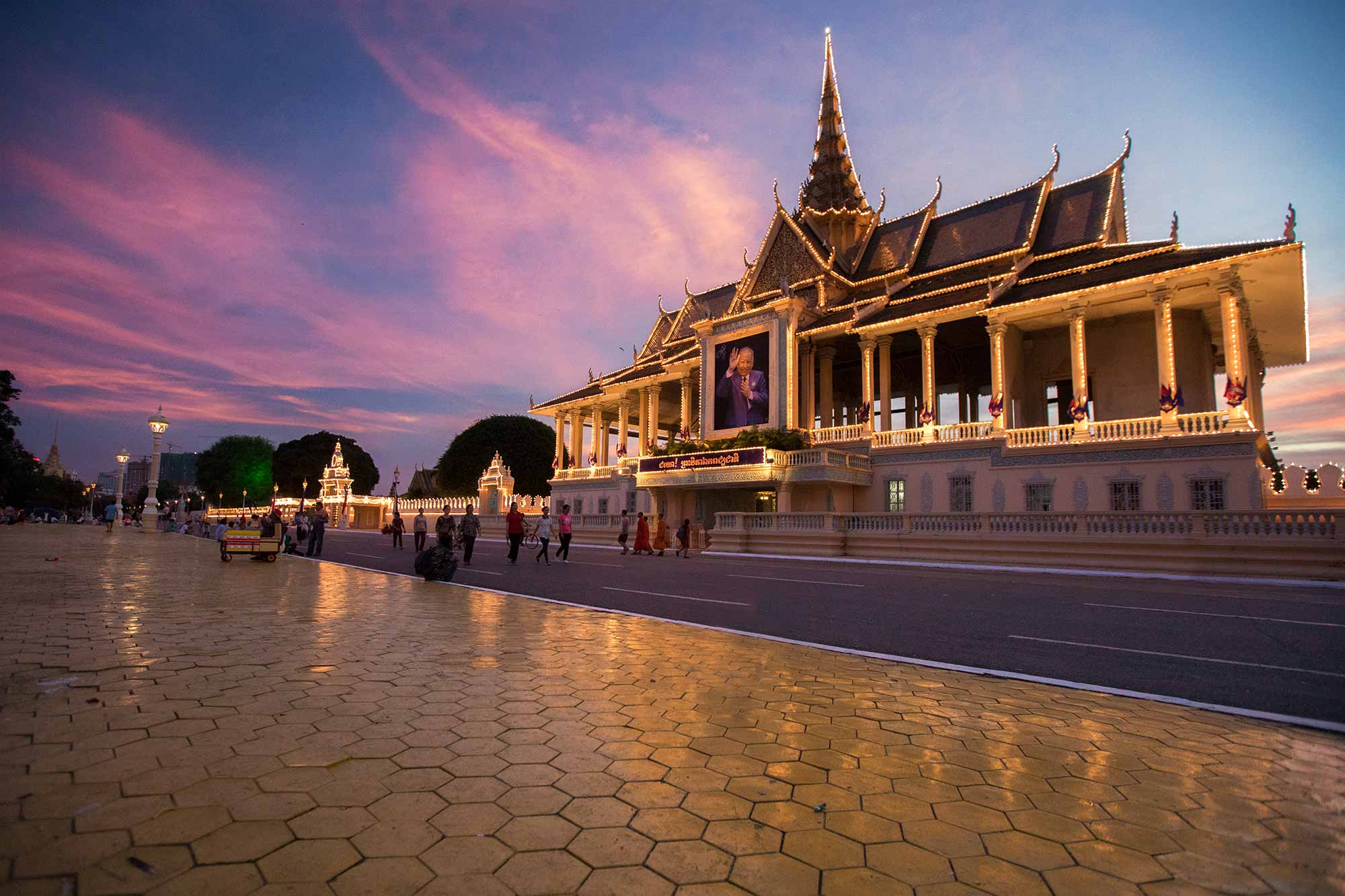 The area around the Royal Palace in Phnom Penh is frequented a lot once the sun goes down. © ULLI MAIER & NISA MAIER