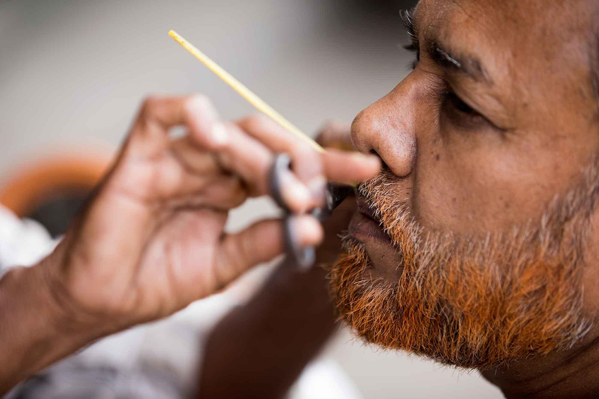 beard-trimming-streets-kolkata-india