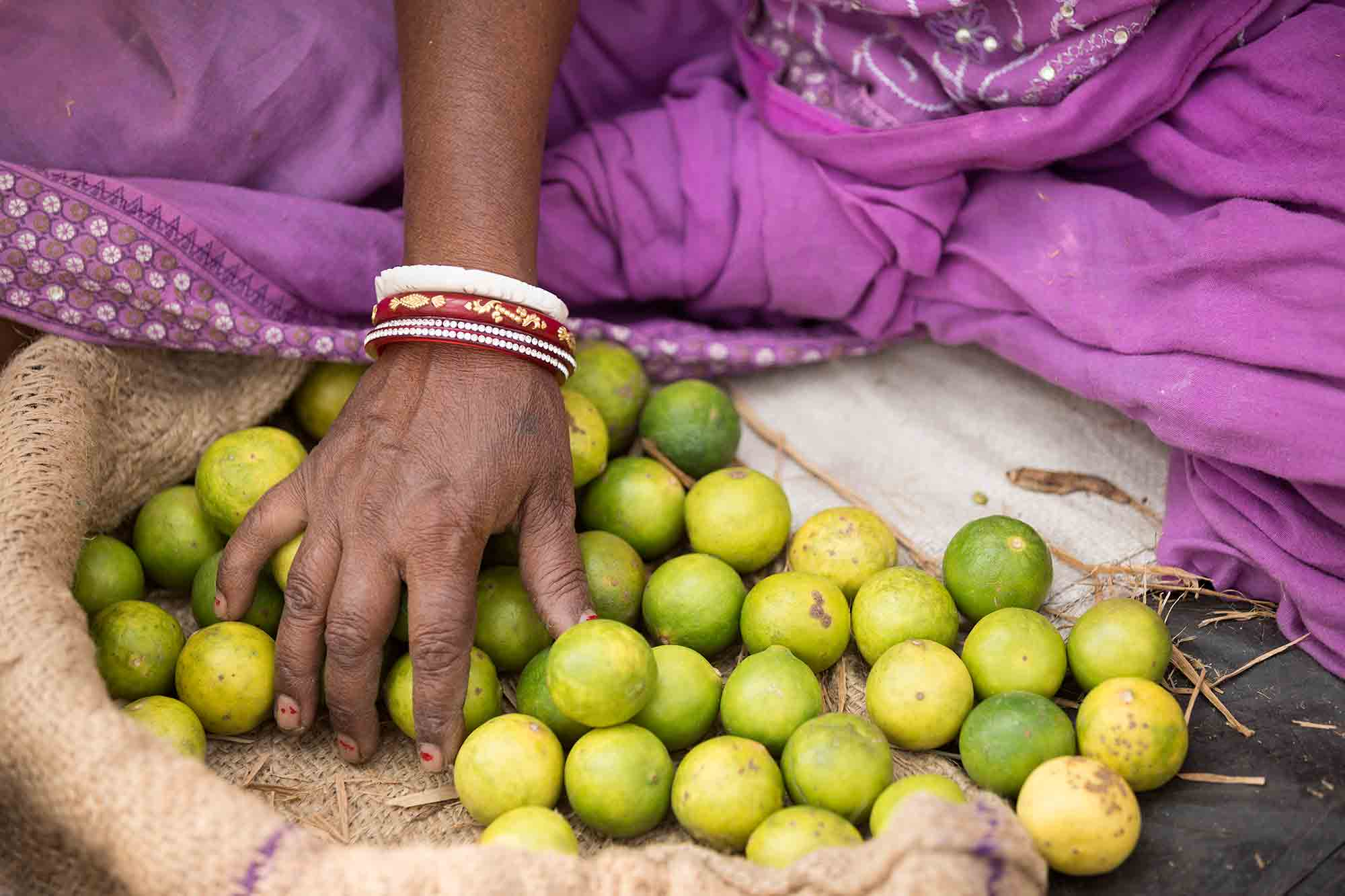 hands-market-woman-limes-kolkata-india