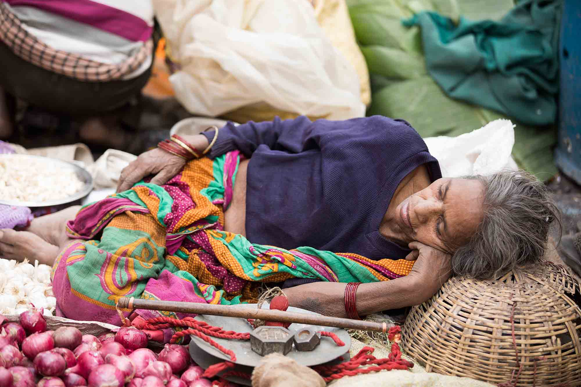 sleeping-woman-market-kolkata-india