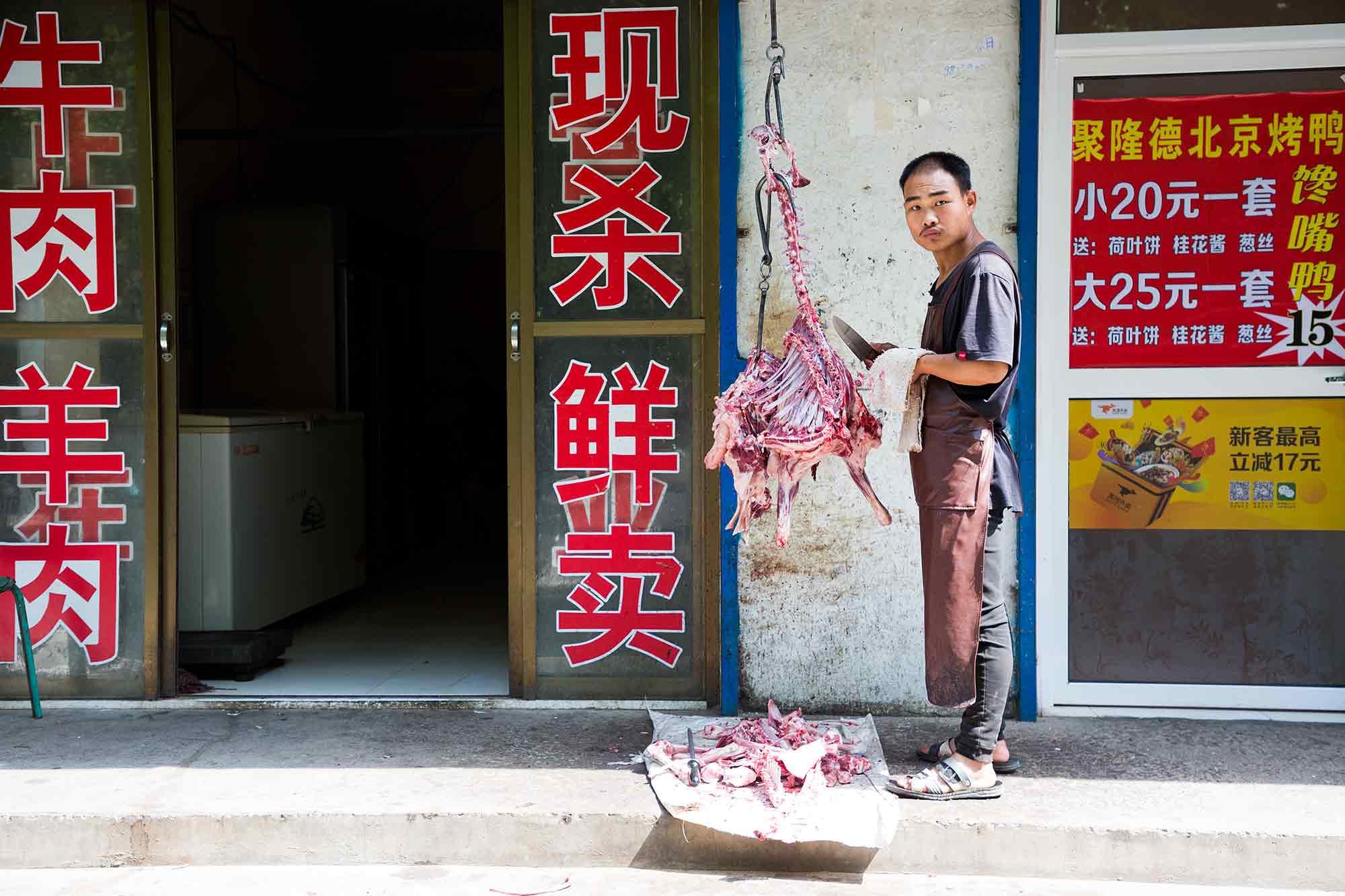 A butcher in Huayin. © ULLI MAIER & NISA MAIER